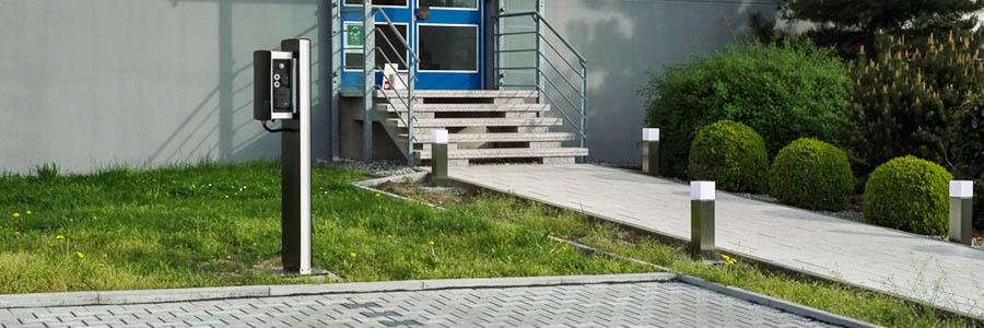 Ladesaeule-auf-Parkplatz